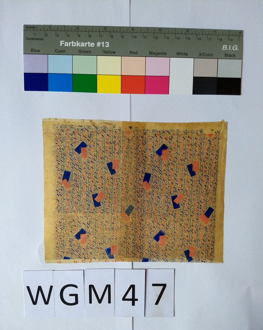 Musterabdruck mit geometrischem Muster in Blau und Rot