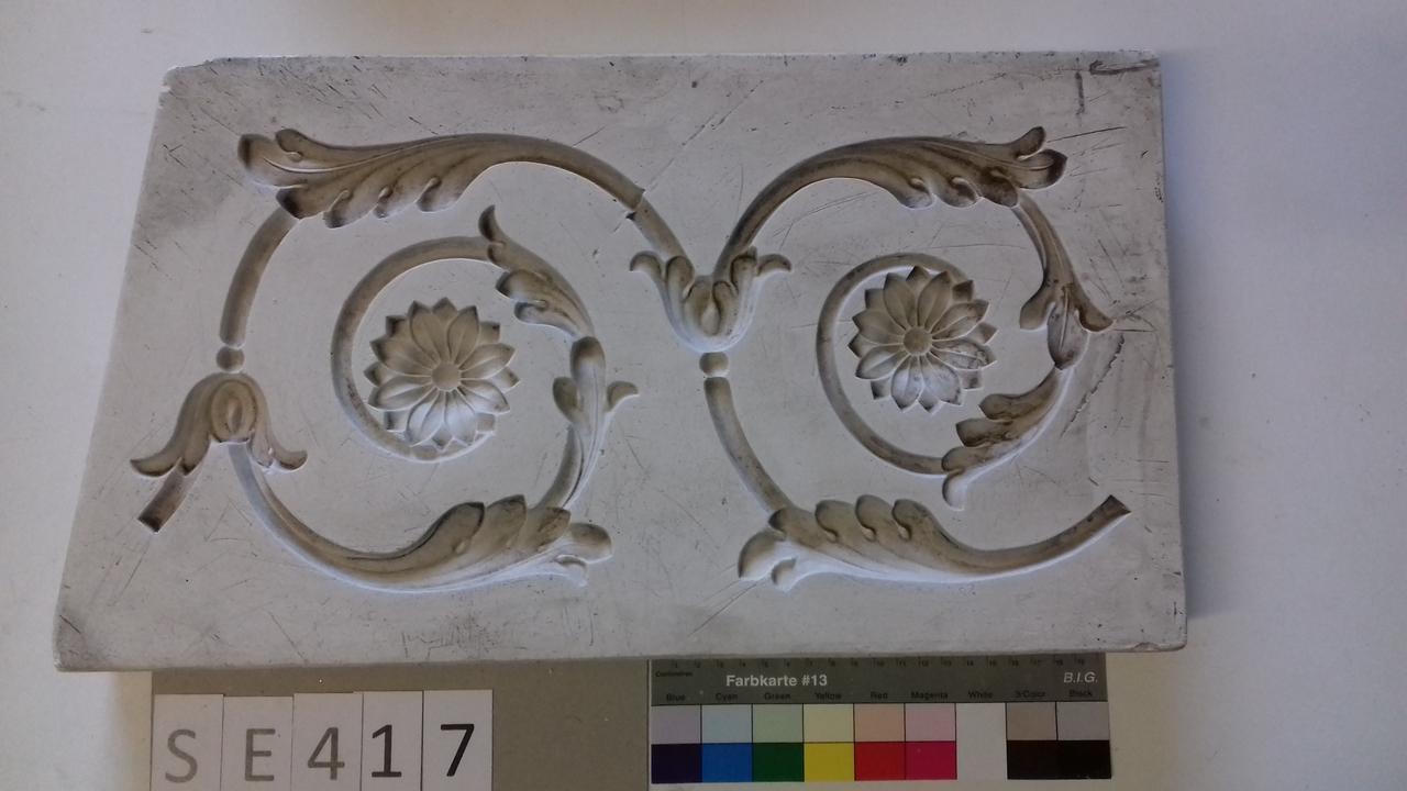 Negativform Detail 2 Akanthusvoluten mit Blüten