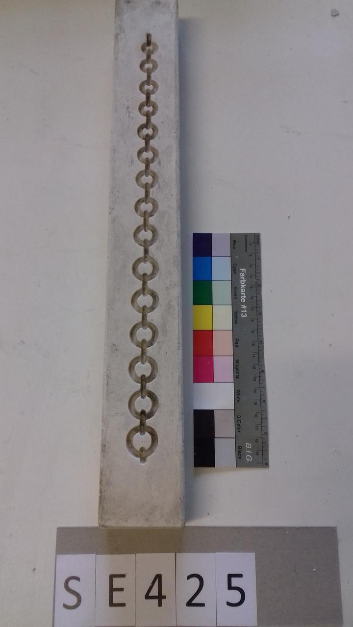 Negativform Detail mit gerader Perlenkette