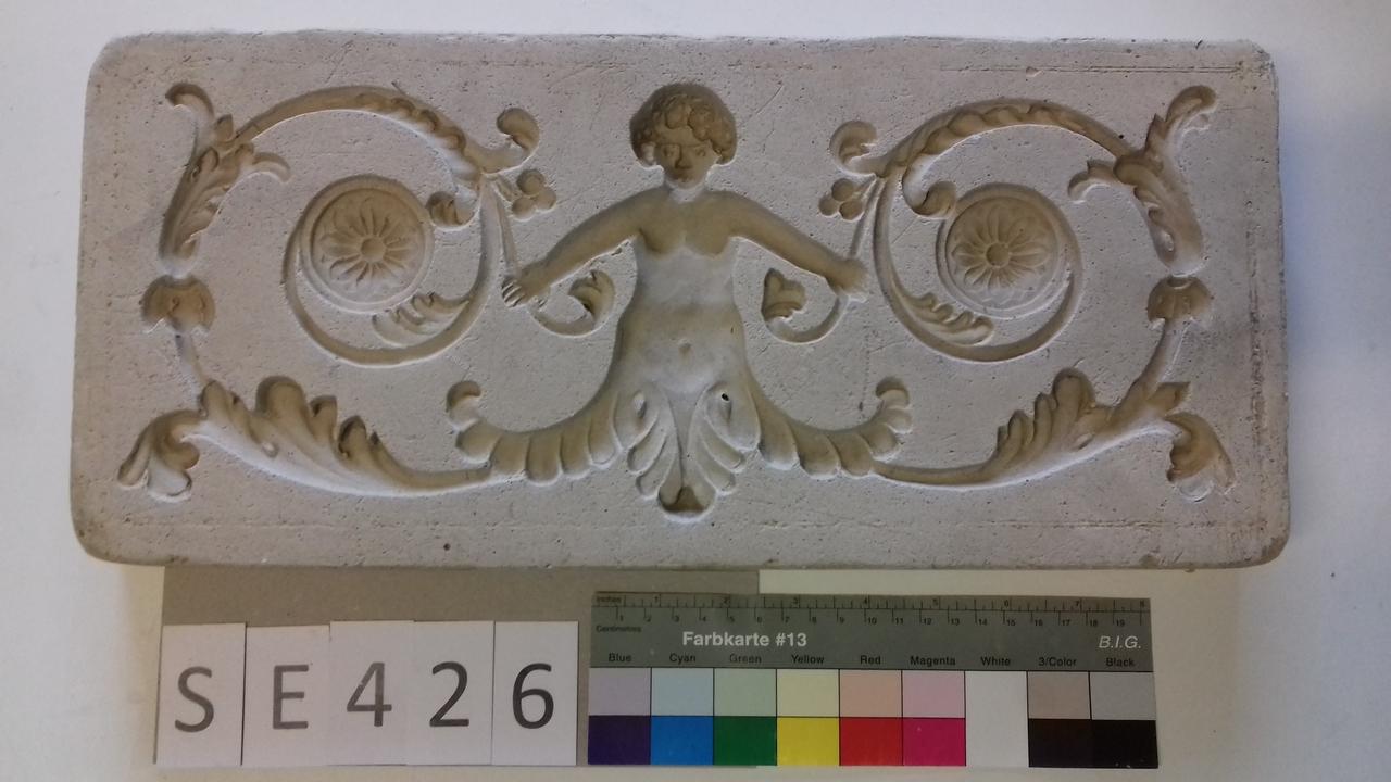 Negativform Detail mit zentraler Figur mit Akanthusvoluten