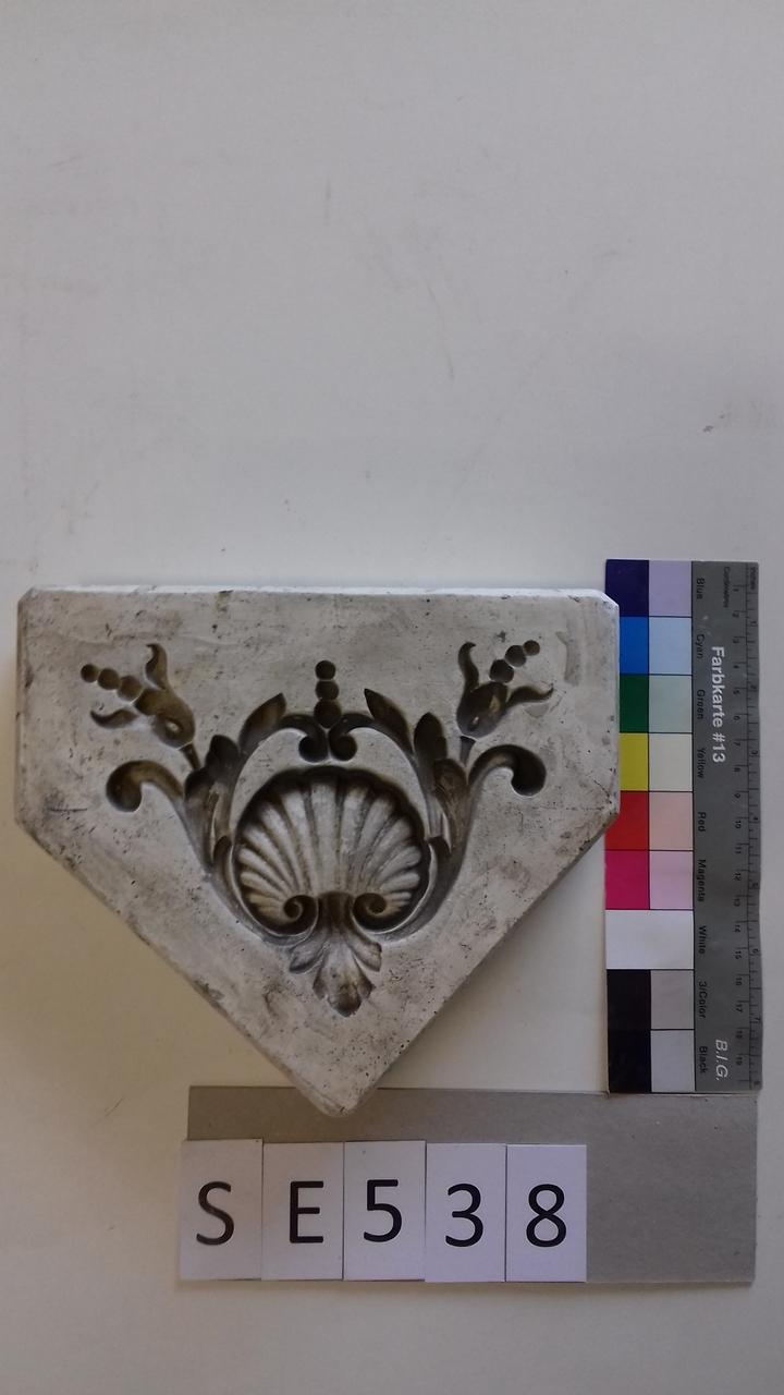 Negativform Detail Muschel mit floraler Verzierung