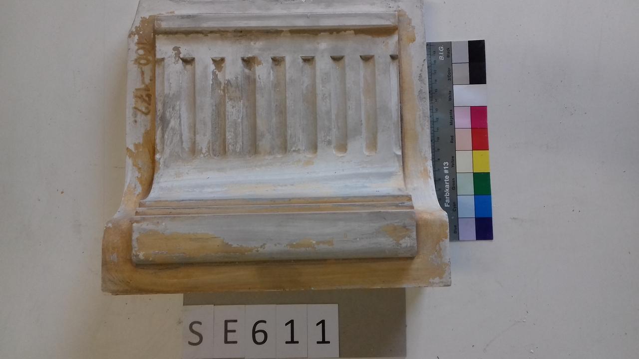 Mutterform Sockelkachel mit Kannelurenmuster