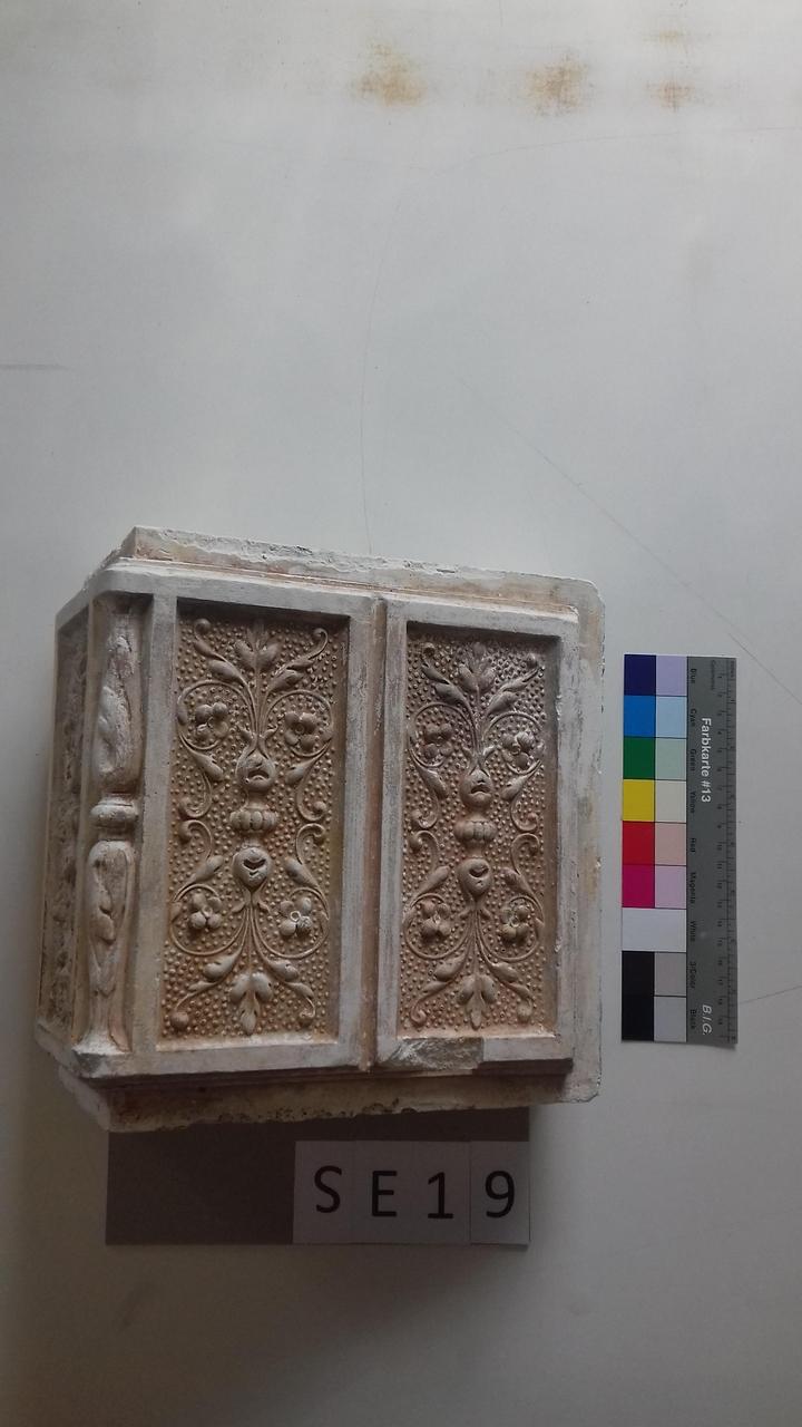 Mutterform Eckkachel mit floralem Muster und Blätterwerk