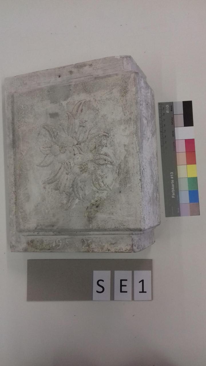 Mutterform Eckkachel mit floralem Muster