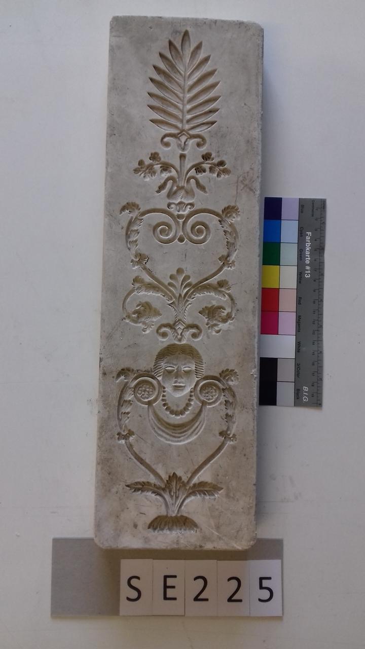 Negativform Detail mit dreiteiligem vertikalen Motiv