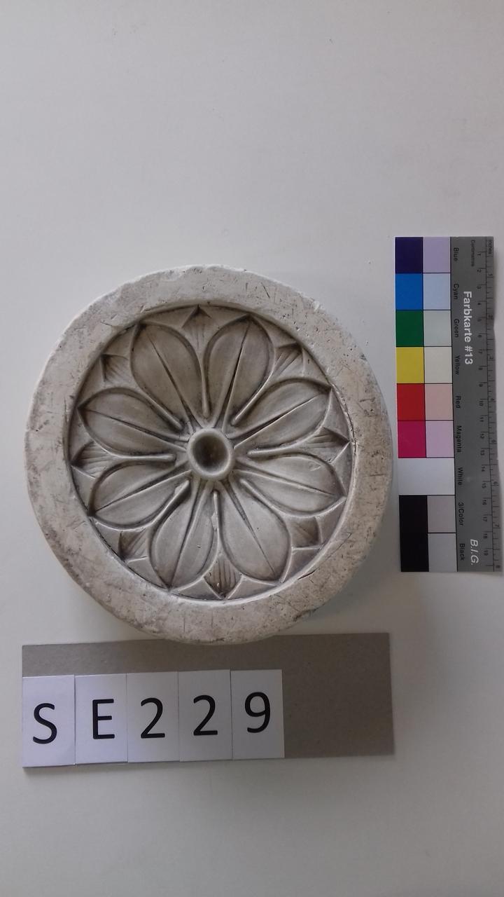 Negativform Detail mit Blüte im Zentrum