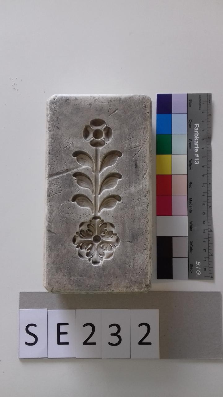 Negativform Detail mit Blume, Blättern und Akanthusblättern
