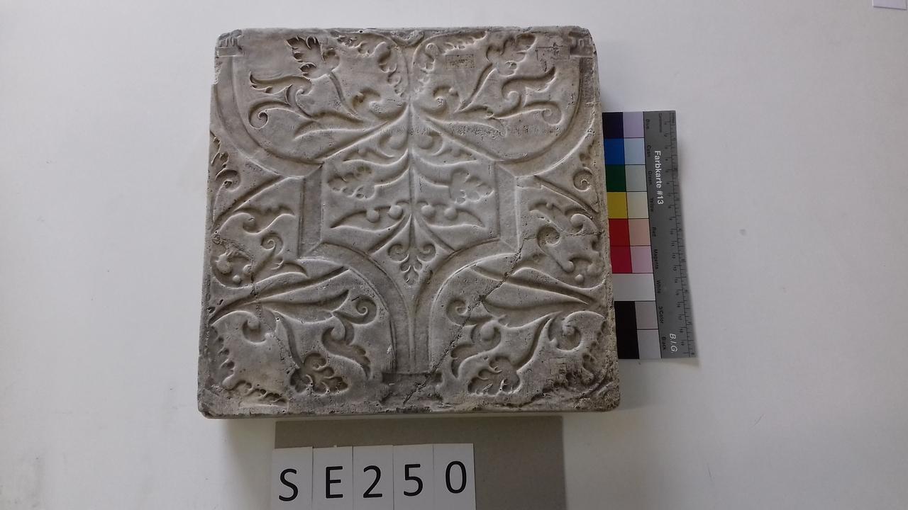 Negativform Detail mit geometrischen Mustern und Blättern