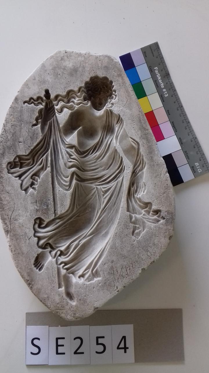 Negativform Detail mit antiker Figur und Stab
