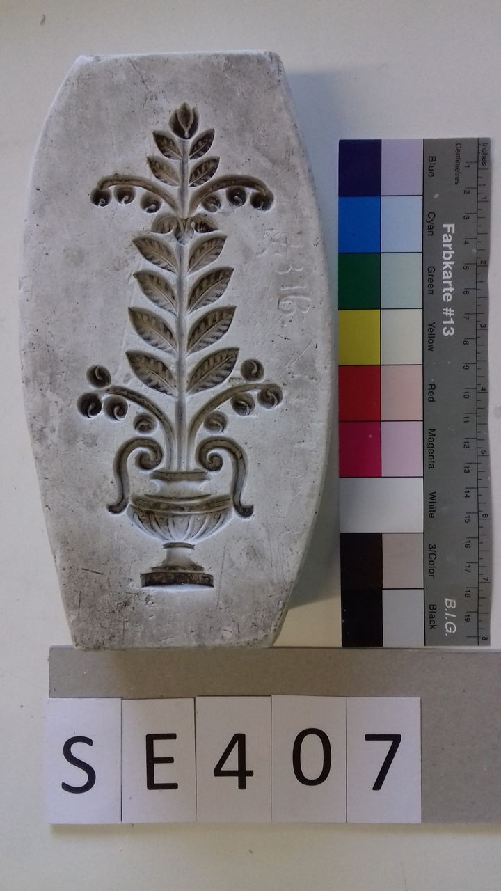Negativform Detail mit Blumentopf und Pflanze