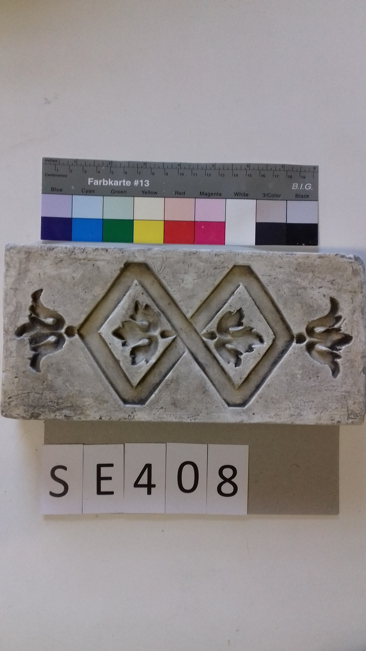 Negativform Detail mit verbundenen Rauten und Blättern