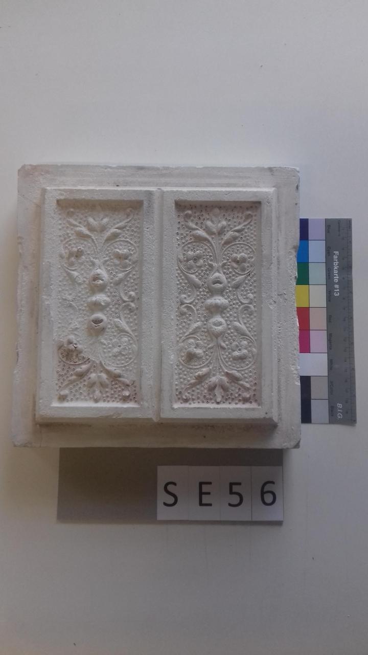 Mutterform Halbkachel mit floralem Muster und Blätterwerk