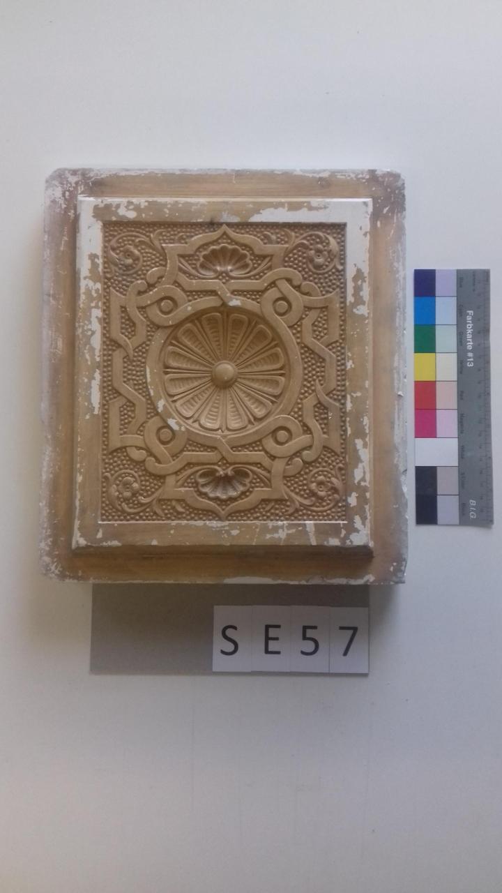 Mutterform ledige Kachel mit konvex nach innen gerichteter Halbkugel mit Blume und geometrischen Mustern