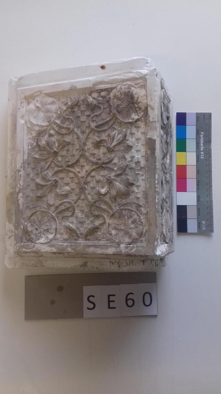Mutterform Eckkachel mit Seerosen und Korbflechtmuster