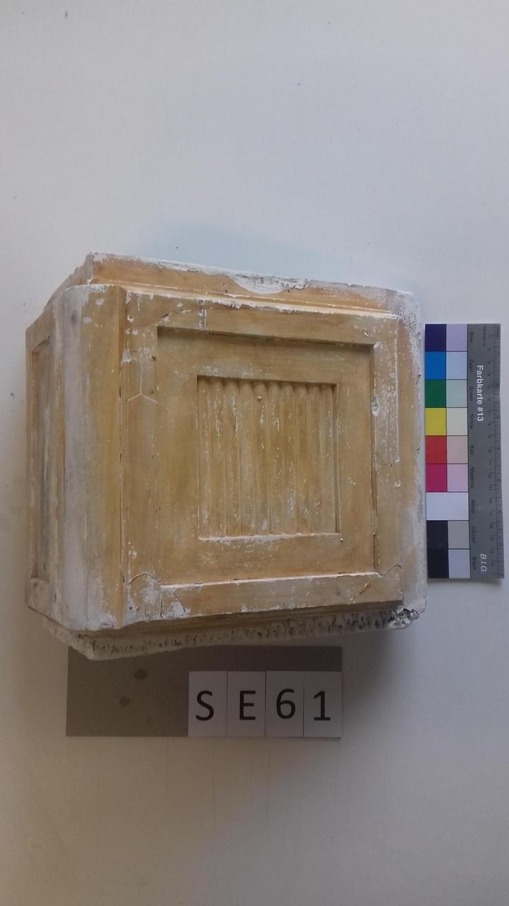 Mutterform mit quadratischer Vertiefung und halbrunden Formen in einer Reihe