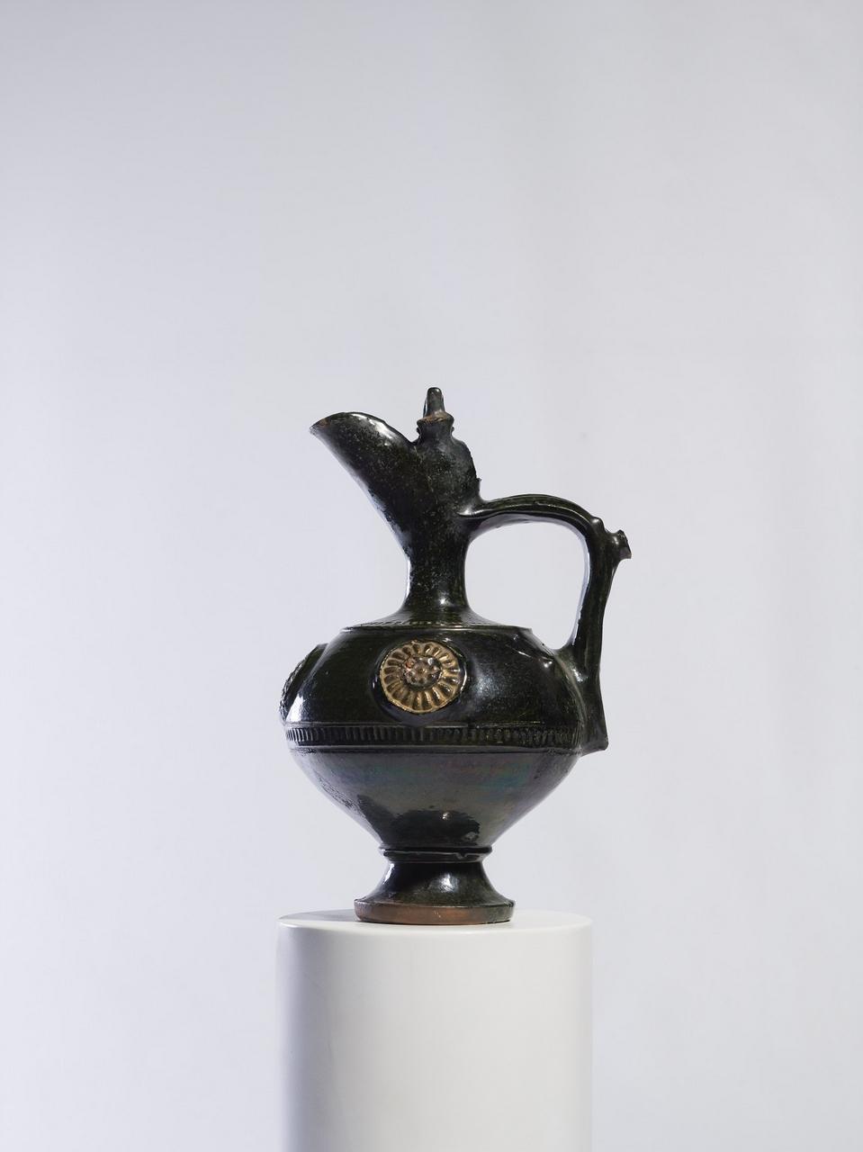 Krčah keramický na podstavci . Keramikrug auf einem Sockel
